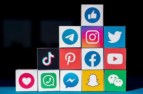 写真-A Wall of Cubes with Social Media Apps