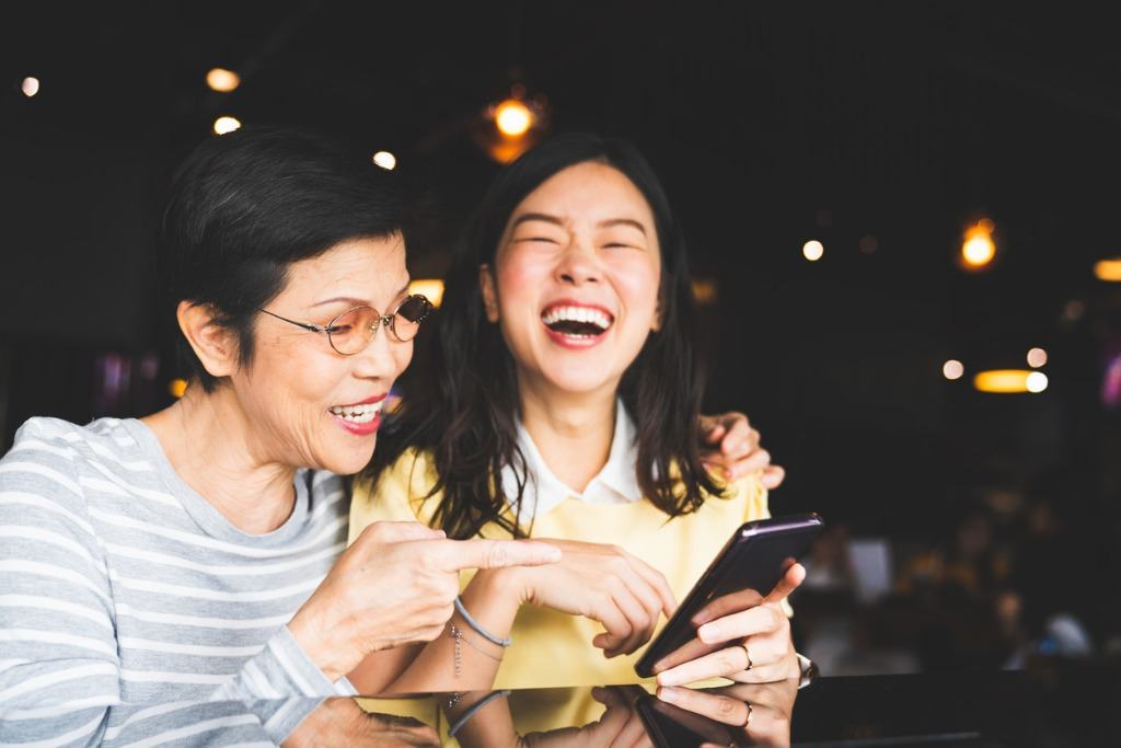 写真-asian-mother-and-daughter-laughing-and-smiling-on-a-selfie-or-photo-picture-id1031541644